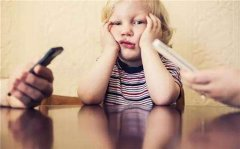 """别光盯着""""玩不玩手机"""",比这更重要的是安全意识"""